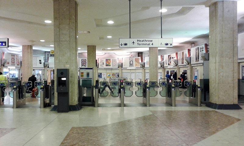 Турникеты станции Heathrow Terminal4, выход через турникеты слева.